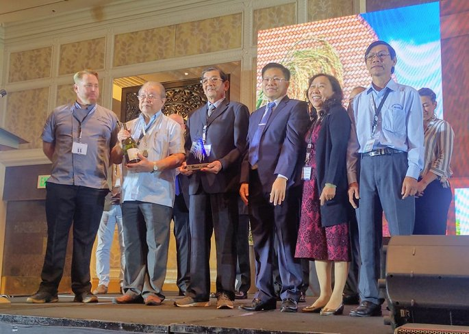 Nhóm tác giả gạo ST25 (Kỹ sư Hồ Quang Cua) và giáo sư Võ Tòng Xuân nhận giải GẠO NGON NHẤT THẾ GIỚI cho gạo ST25