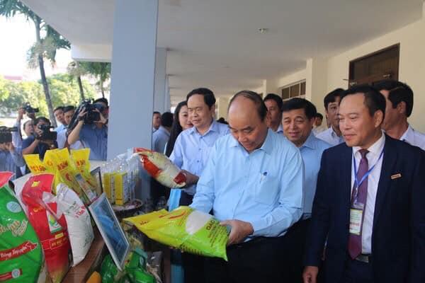 Thủ tướng Võ Tấn Phúc xem gạo ST25