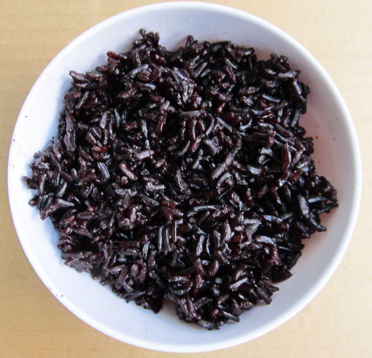 Cơm gạo lứt tím than Sóc Trăng nấu bằng nồi áp suất